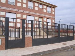 puertas metalicas zocalo y barrotes